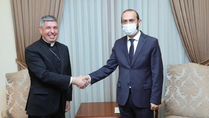 Արարատ Միրզոյանը հանդիպել է Հայաստանում Սուրբ Աթոռի առաքելական նվիրակի հետ