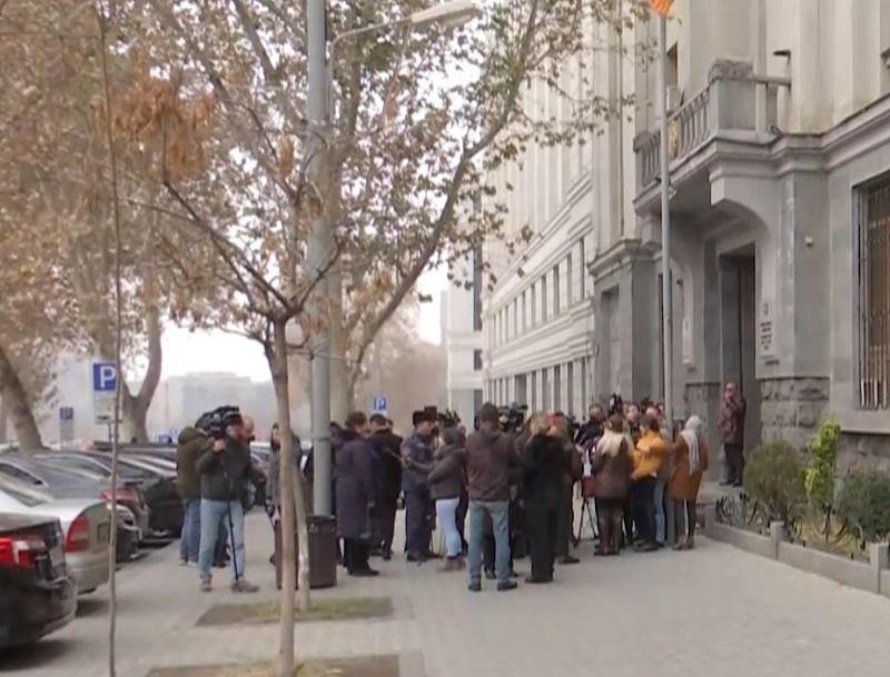 Բողոքի ակցիա Դատախազության առջև. տուժած մայրերը պահանջում են կալանավորել Ռազմիկ Աբրահամյանին