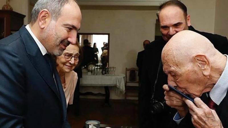 Նկարում՝ Նուրհան Յուսուփովիչը համբուրում է հենց նոր իրեն շնորհված՝ ՀՀ քաղաքացու անձնագիրը. Նիկոլ Փաշինյան