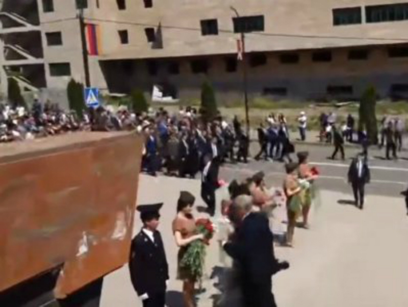 Նիկոլ Փաշինյանն ու Բակո Սահակյանը Ստեփանակերտում մասնակցում են ավանդական քայլերթին