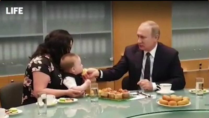 Պուտինն անձամբ կերակրել է բազմազավակ ընտանիքի ամենափոքր անդամին՝ Վովային (տեսանյութ)