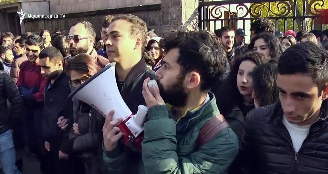 Դասադուլ անող ուսանողները ցույց են կազմակերպել ԱԺ-ի դիմաց