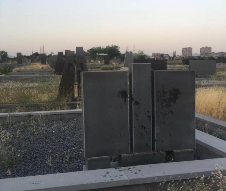 Նուբարաշենի գերեզմանատանը էմոյականները սատանայապաշտական ծեսեր են իրականացրել․ Տեր Բարդուղիմեոս քահանա Հակոբյան (լուսանկարներ)