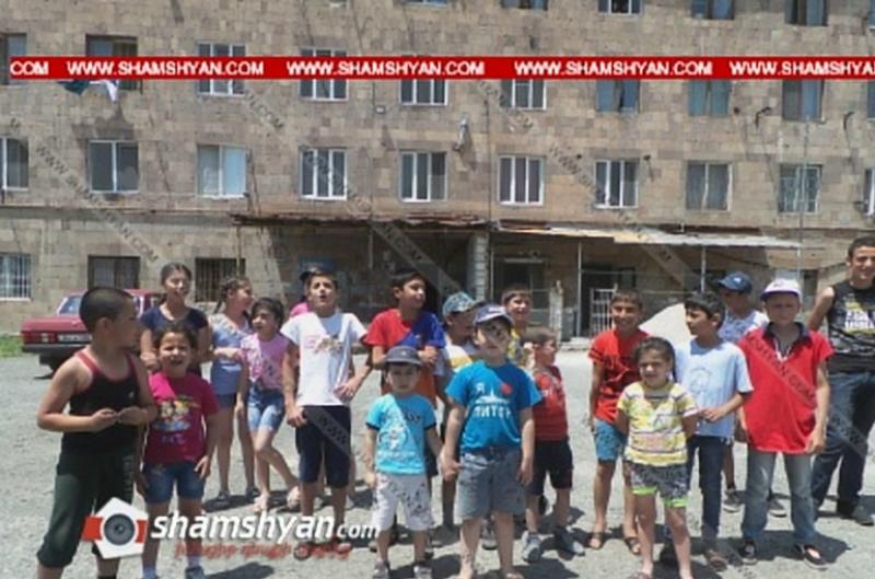 Նոր Գեղիում երեխաները բողոքի ակցիա են իրականացնում՝ պահանջելով խաղահրապարակը չվերածել ավտոտնակների. Shamshyan.com