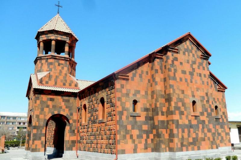 Արմավիրի եկեղեցում քաղաքացին անպատվել է մոմավաճառին, ձեռքերով հարվածել սենյակի ապակիներին, կոտրել դրանք