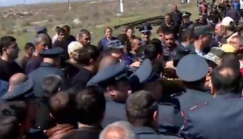 Զարթոնքում իրավիճակը լարված է. գյուղացիները փակել են Երևան-Գյումրի երկաթգիծը