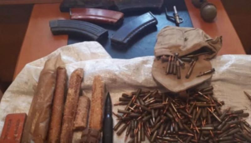 Մեծ քանակությամբ ապօրինի զենք-զինամթերք է գտնվել կիսաքանդ շինության մեջ
