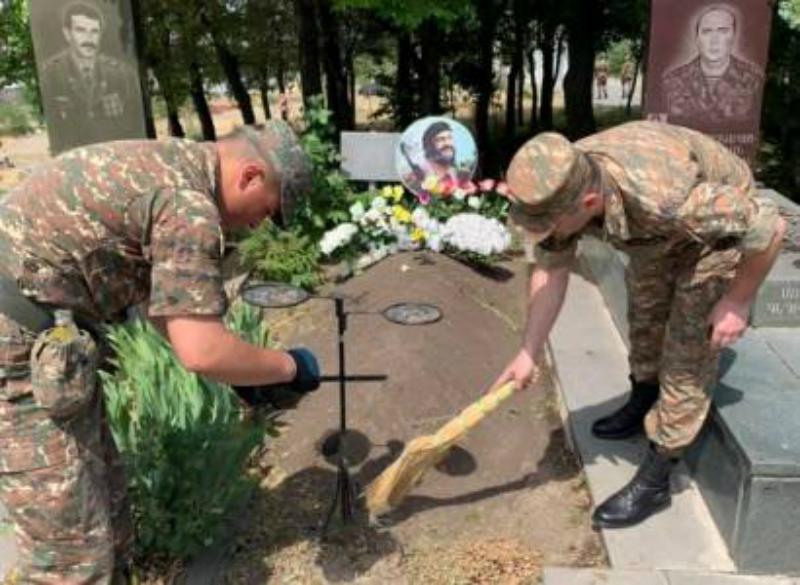 «Եռաբլուր» պանթեոնում զինծառայողները մաքրություն են անում. Լվանում են տապանաքարերը (վիդեո)