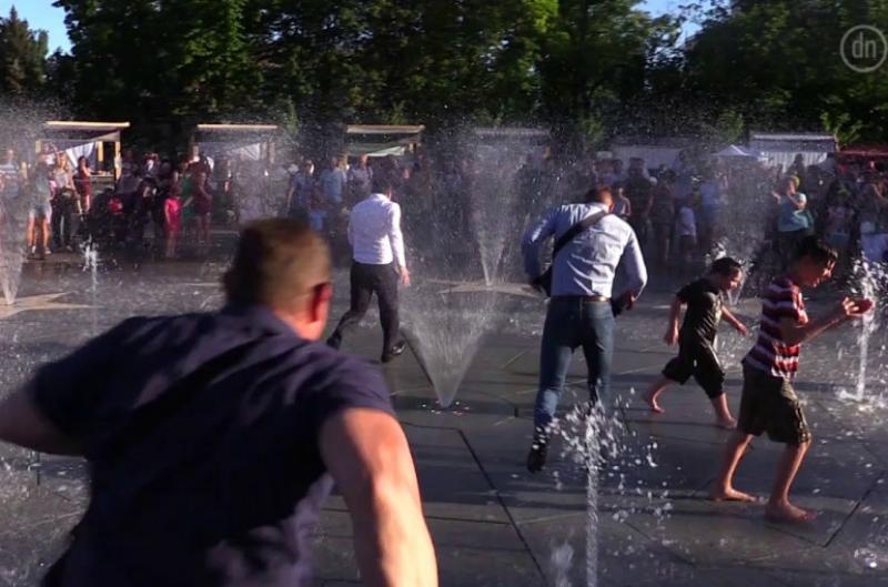 Զելենսկին քաղաքացիների աչքի առջև վազել է գործող շատրվանների միջով (տեսանյութ)