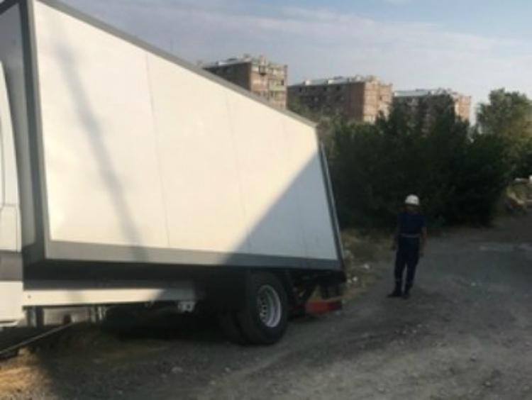 Բեռնատարը Երևանում սահել է դեպի ձորը