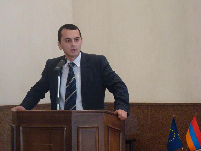 «Լուսավոր Հայաստան» կուսակցության անդամը քվեարկում է «Իմ քայլը» դաշինքի օգտին