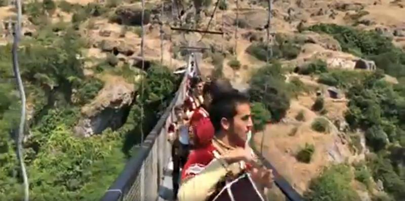 Վարչապետն ու կառավարության անդամները քոչարի են պարում Խնձորեսկի կամրջի վրա