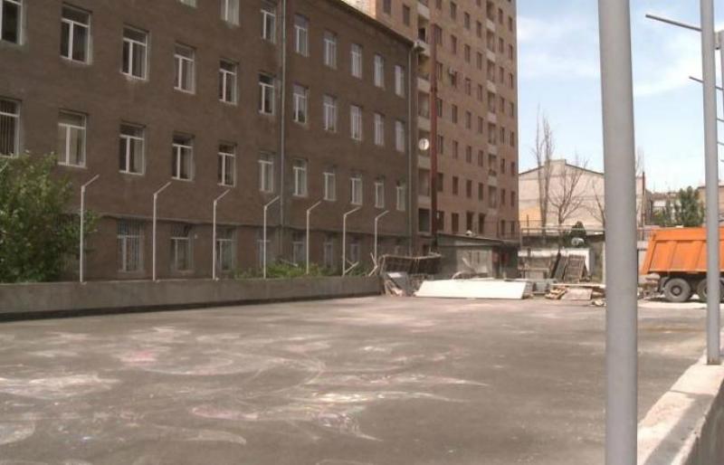 Կոմիտասի 15 հասցեում դպրոցի մարզադաշտի տակ առանց թույլտվության ավտոկայանատեղի է կառուցվել. Երեւանի քաղաքապետարան