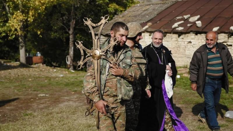 Հրետակոծության տակ զինվորականն ու հոգևորականը Արցախում տեղադրում են եկեղեցու խաչը (տեսանյութ)