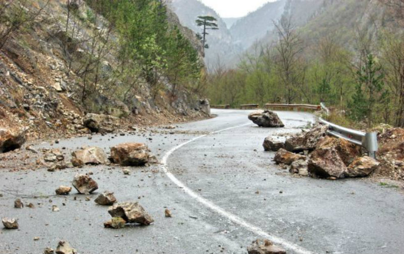 Վանաձոր-Դիլիջան հատվածում ժայռից ընկել է մոտ 20 քար և միակողմանի փակել ավտոճանապարհը