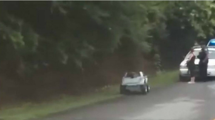 Ամերիկուհուն ձերբակալել են խաղալիք մեքենա վարելու համար. տեսանյութ