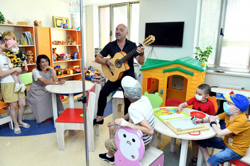 Աննա Հակոբյանն Արյունաբանական կենտրոնում ներկա է եղել «Ջոեֆ Ջիպսի Կինգս Ֆեմիլի» խմբի երգիչ-կիթառահարի փոքրիկ մենահամերգին