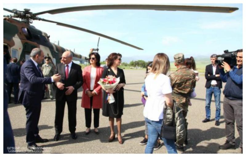 Արցախի նախագահը Ստեփանակերտի օդանավակայանում դիմավորել է Փաշինյանին և նրա տիկնոջը