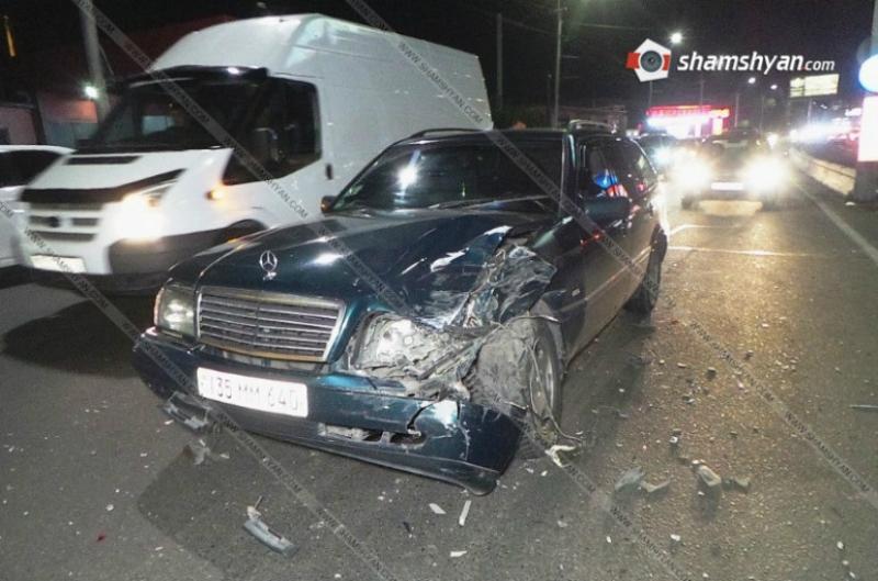 Երևանում բախվել են Mercedes մակնիշի 2 մեքենաներն ու Opel-ը. մեքենաներից մեկն էլ բախվել է բետոնե արգելապատնեշին. Shamshyan.com