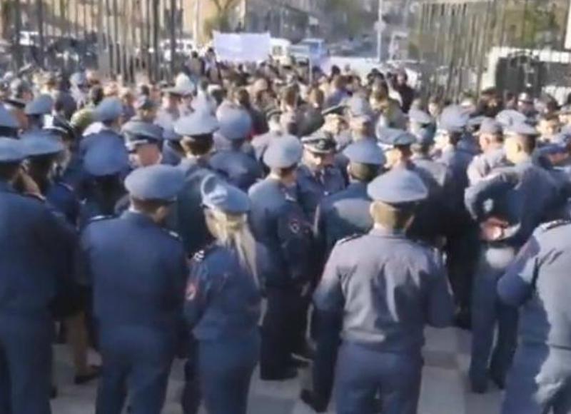 Ոստիկանները փակել են Ազգային ժողովի մուտքը