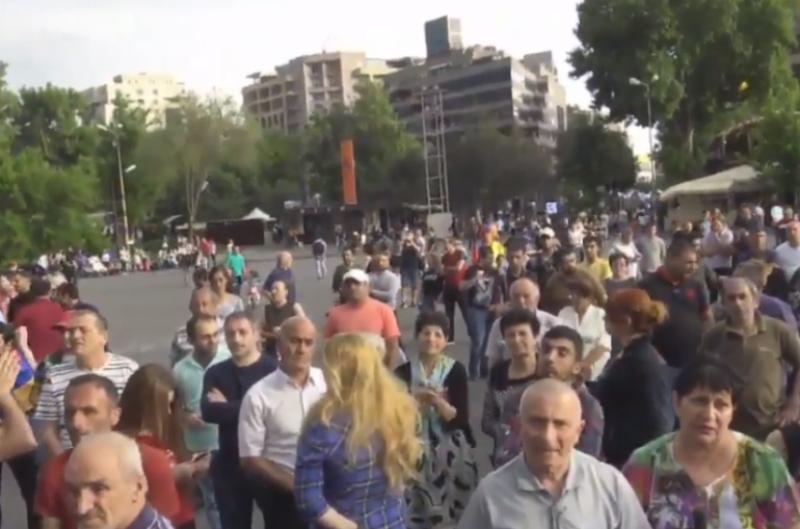 Ռոբերտ Քոչարյանին կալանքից ազատելու որոշման դեմ բողոքող քաղաքացիներն ակցիա են իրականացնում Ազատության հրապարակում