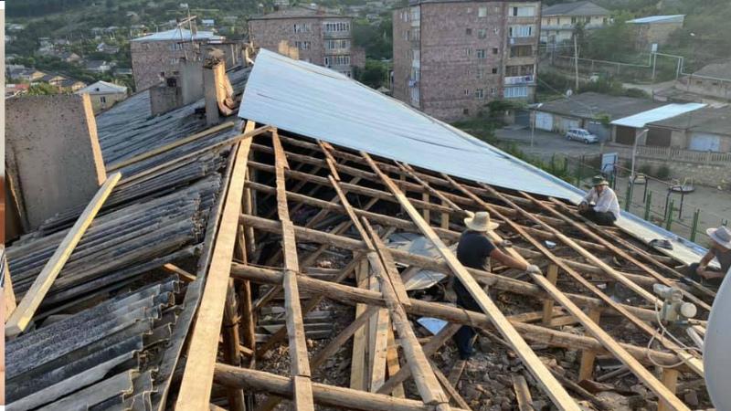 Սահմանամերձ Նոյեմբերյանում սկսել է բազմաբնակարան շենքի տանիքի վերնորոգման աշխատանքները. Սիփան Փաշինյան