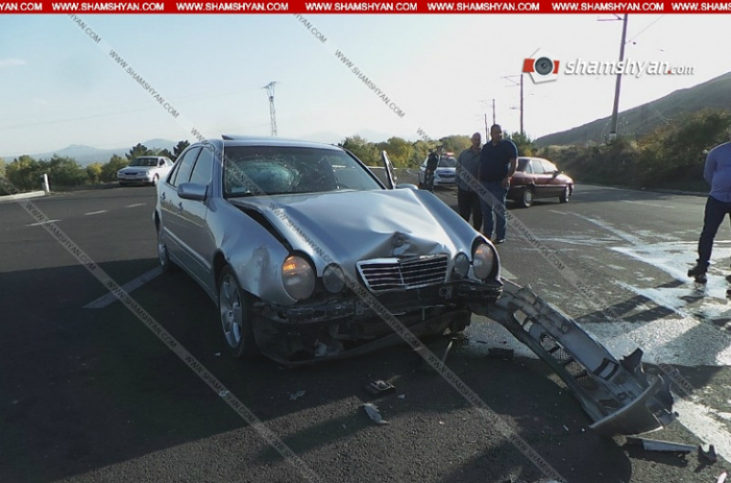 Սևանի թերակղզու խաչմերուկում բախվել են Mercedes-ն ու Nissan Teana-ն. կան վիրավորներ. Shamshyan.com