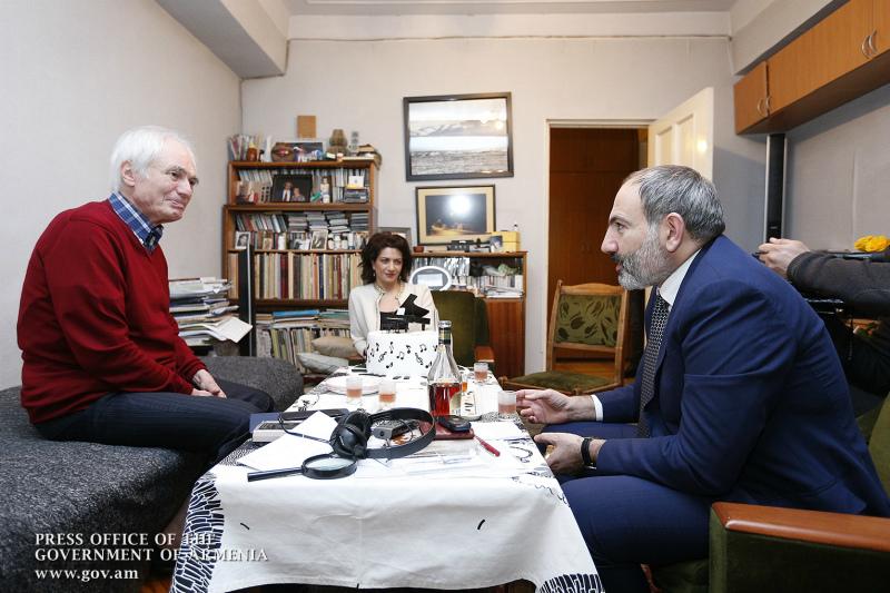 Նիկոլ Փաշինյանը տիկնոջ հետ անակնկալ այցելել է Տիգրան Մանսուրյանին
