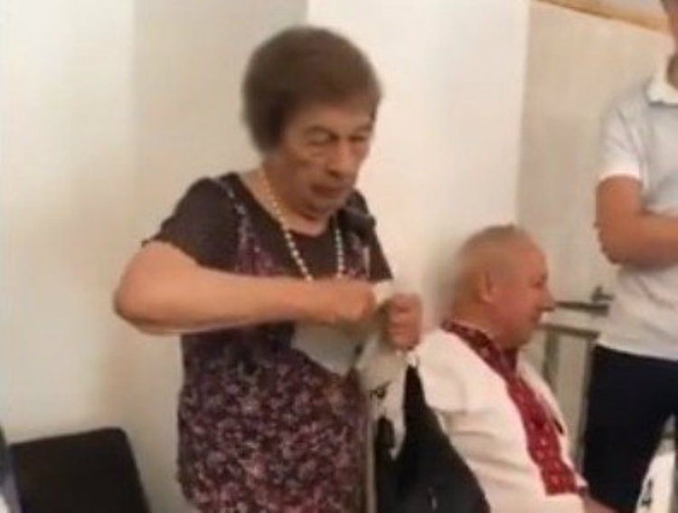 94-ամյա կինն ուզում էր ընտրել՝ ինչպես բոլորը. նա 4 ժամ վիճել է տեղամասում