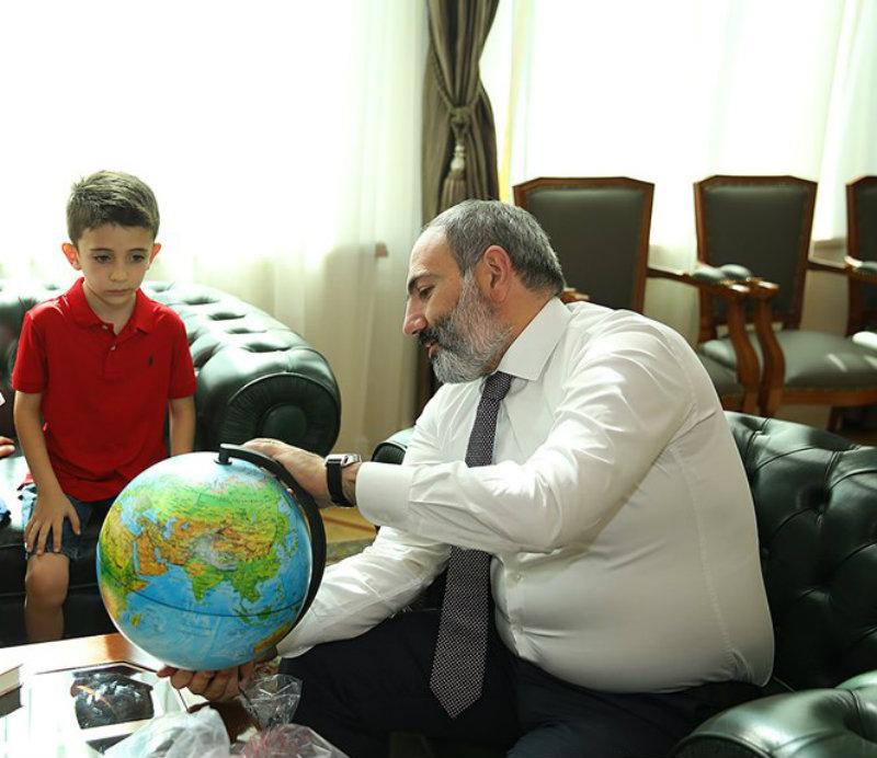 Փաշինյանն այսօր հյուրընկալել է Ամերիկայում բնակվող հայազգի 6-ամյա Մայքլ Միխանիին (տեսանյութ)