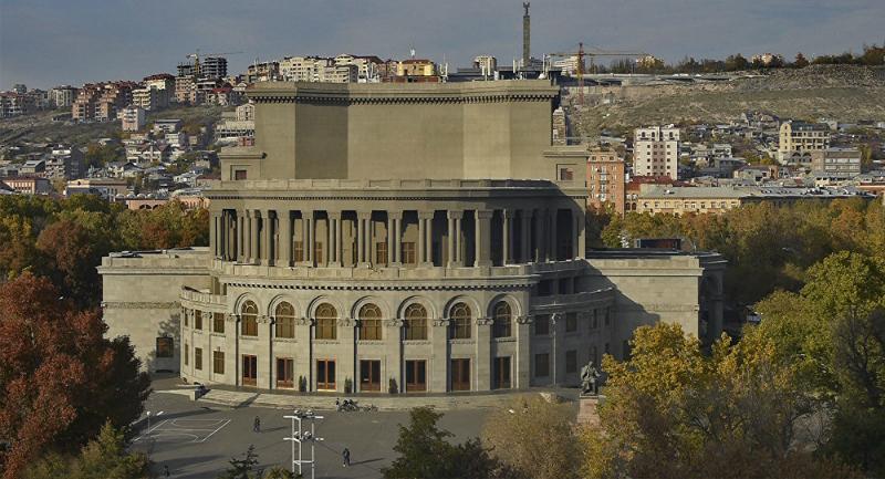 Օպերային թատրոնի տարածքում քանդված սրճարանների տեղում միայն խոտ են ցանել