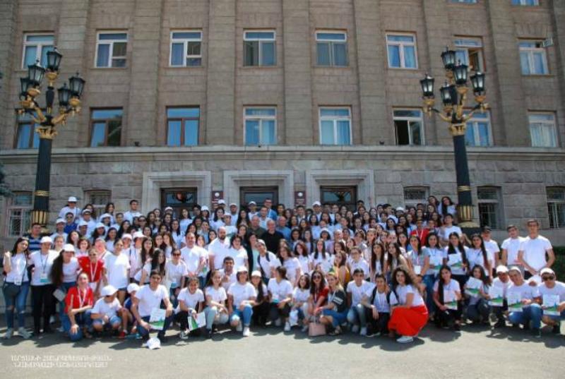 Բակո Սահակյանը հանդիպում է ունեցել ԿոնԻՖԱ-ի կազմակերպմանը մասնակցած երիտասարդ կամավորականների հետ