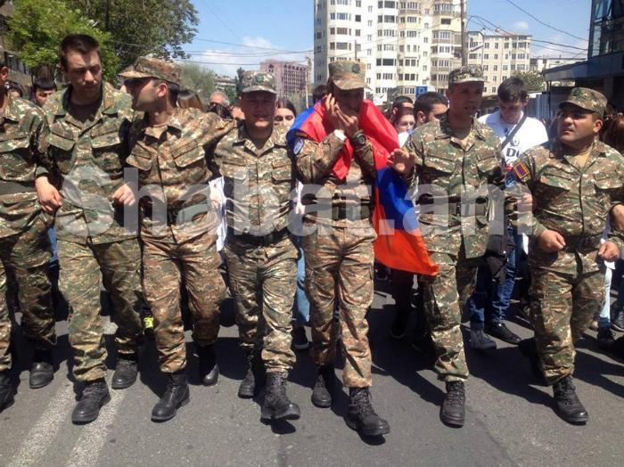Ցուցարարների երթին միացած զինծառայողներին պատասխանատվության կենթարկեն․ ՊՆ