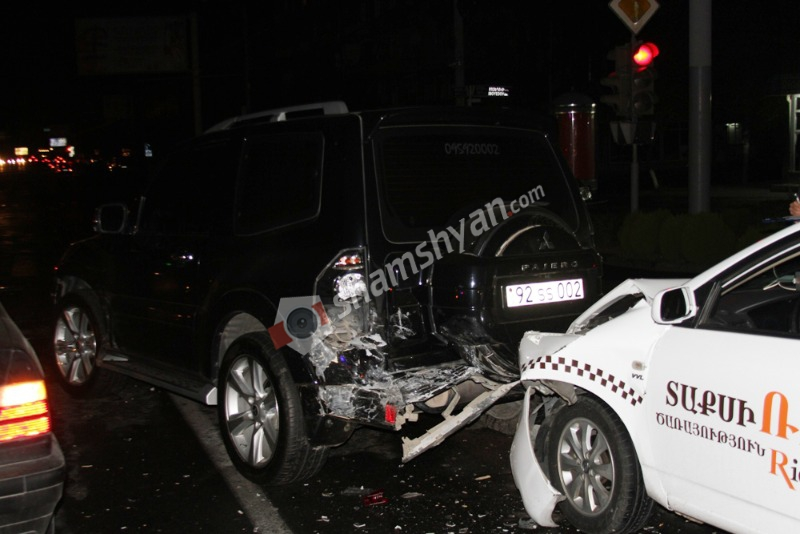 Շղթայական ավտովթար Երևանում. բախվել են Mitsubishi Pajero -ն, BYD-ը և 2 BMW. կա վիրավոր. (լուսանկարներ)