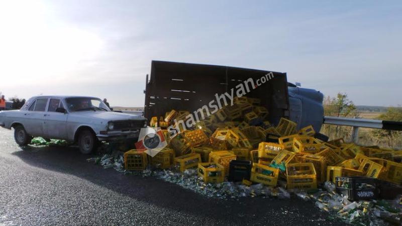 Խոշոր ավտովթար Արագածոտնի մարզում. «Գյումրի» գարեջրի շշերով բարձված ЗИЛ-ը կողաշրջվել է. «24»-ն էլ բախվել է ЗИЛ-ին. (լուսանկարներ)