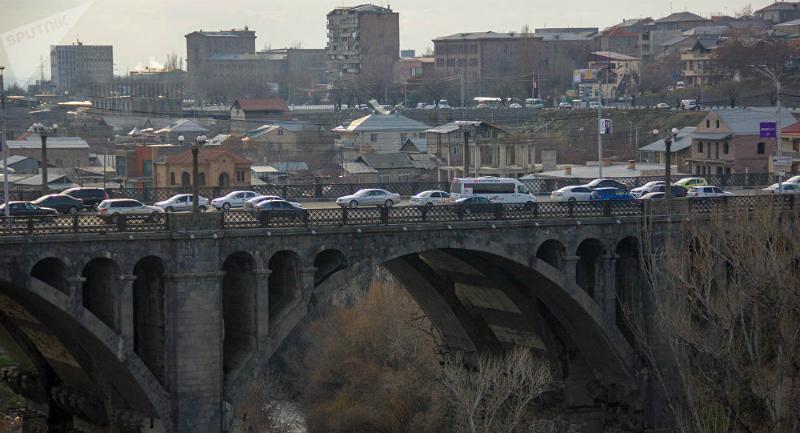 Արտակարգ դեպք Երևանում, 2 տղամարդ «Հաղթանակ» կամրջի վտանգավոր եզրագիծն անցել են և սպառնում են ինքնասպան լինել