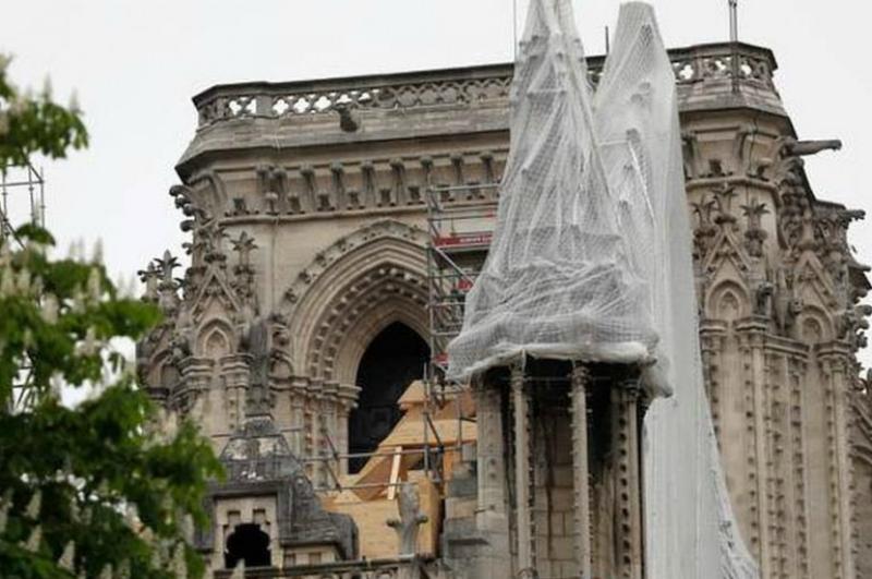 Հրդեհից տուժած Փարիզի Աստվածամոր տաճարն անձրևից պաշտպանելու համար ծածկում են անջրանցիկ կտորով