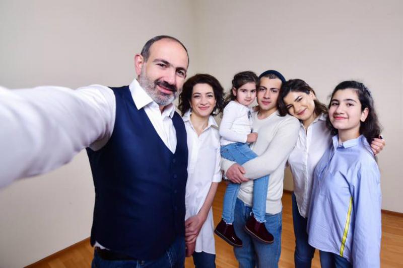 Շնորհավորում եմ բոլորիս Ընտանիքի օրվա առիթով. Վարչապետը իր ընտանիքի հետ արված լուսանկար է հրապարակել