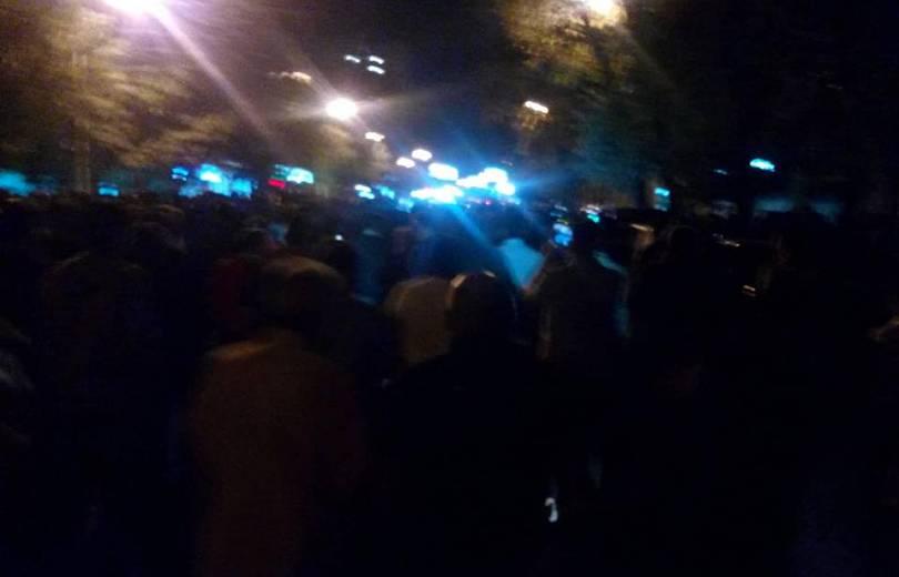 Մարդիկ շրջափակել են Ազգային ժողովի շենքը, պատգամավորները չեն կարողանում դուրս գալ այնտեղից