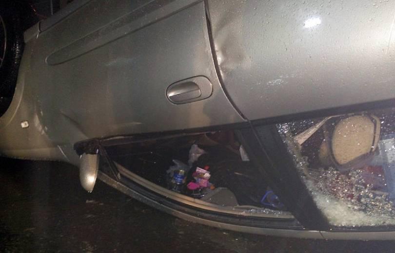 Երևանում մեքենան բախվել է լուսավորության սյանը, հարակից ժայռին և գլխիվայր շրջվել