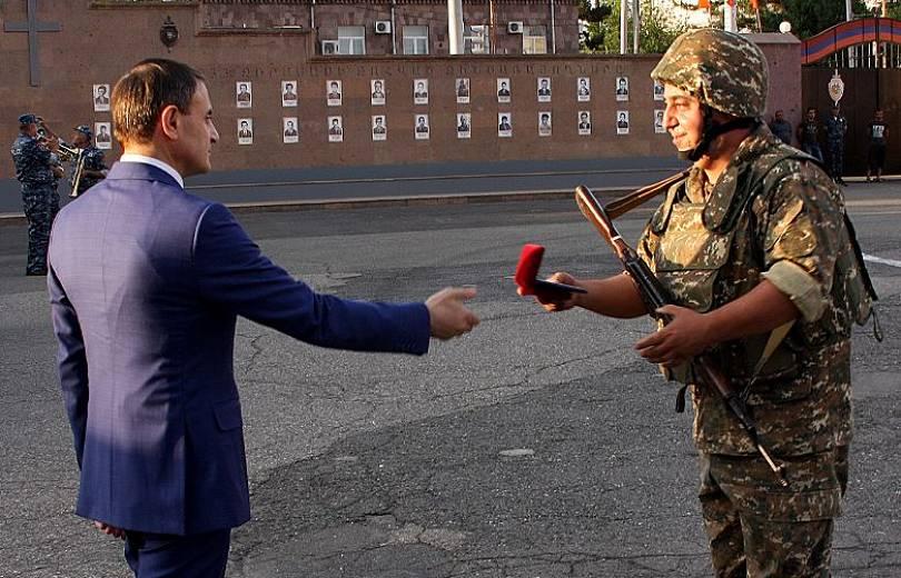 Ոստիկանները կրկին մեկնեցին սահման. Օսիպյանը պարգեւատրել է նրանցից մի քանիսին (լուսանկարներ). Armtimes.com
