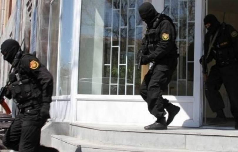 Hzham.am կայքի լրագրողը բերման է ենթարկվել ՃՈ պաշտոնատար անձի աշխատասենյակից. նրա մոտից հայտնաբերվել է 400 հազար դրամ (տեսանյութ). Armtimes.com