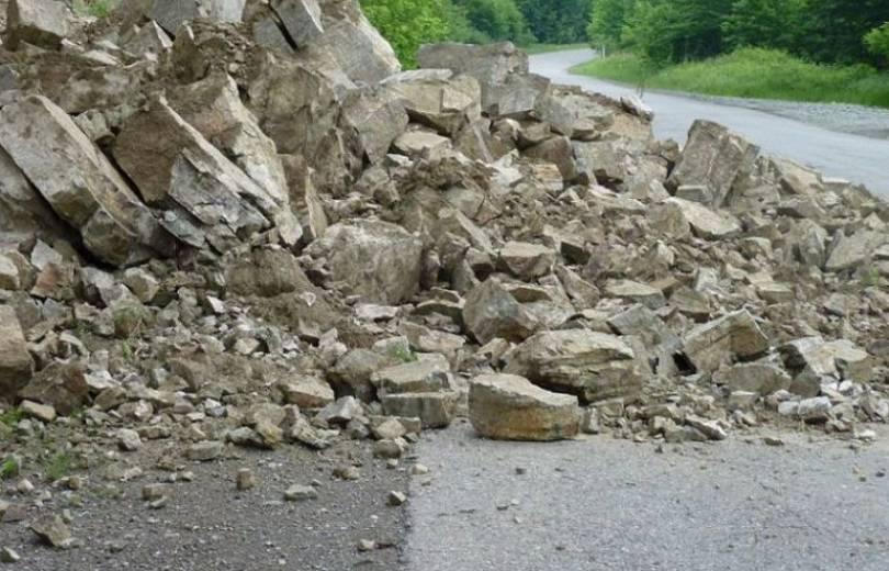 Լոռու մարզում հսկայական քարեր են թափվել ճանապարհի վրա, մեքենաներ են վնասվել, կան զոհեր (տեսանյութ)