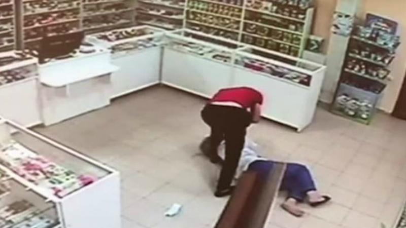Դեղատներից մեկում տղամարդը հրել-գցել էր աշխատակցուհուն, հափշտակել դրամարկղի փողն ու փախել