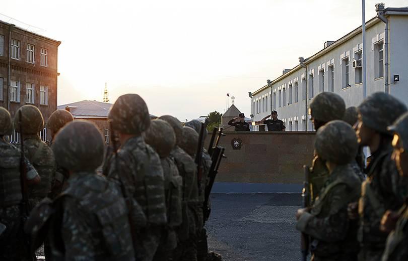 Վալերի Օսիպյանը կրկին դիրքեր է ճանապարհել ոստիկանության զորքերի հերթական հերթափոխին