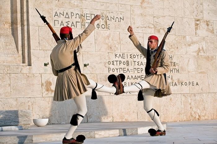 Տարբեր երկրների զինվորականների արտասովոր հանդերձանքն ու քայլքը