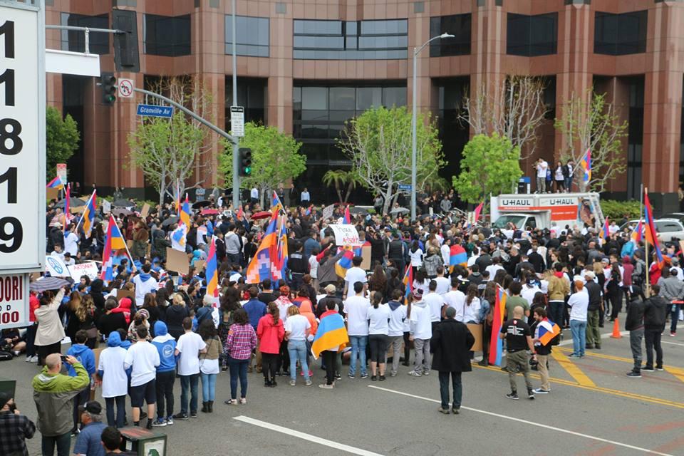 Խաղաղ ցույցի մասնակիցները փակել են փողոցը և մեջտեղում նստացույց կազմակերպել` արգելափակելով երթևեկությունը