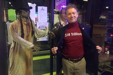 ԱՄՆ նախագահի թեկնածուն Հելոուինին կրել է պետպարտքի մասին գրությամբ շապիկ