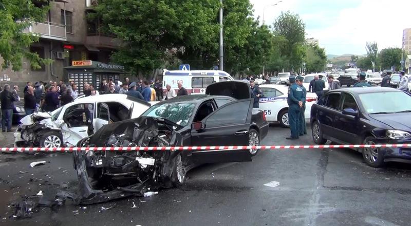 Էրեբունի փողոցում բախվել են «Մերսեդես», «Բիդ» և «Օպել» մակնիշի ավտոմեքենաներ.  կա 1 զոհ, 4 վիրավոր