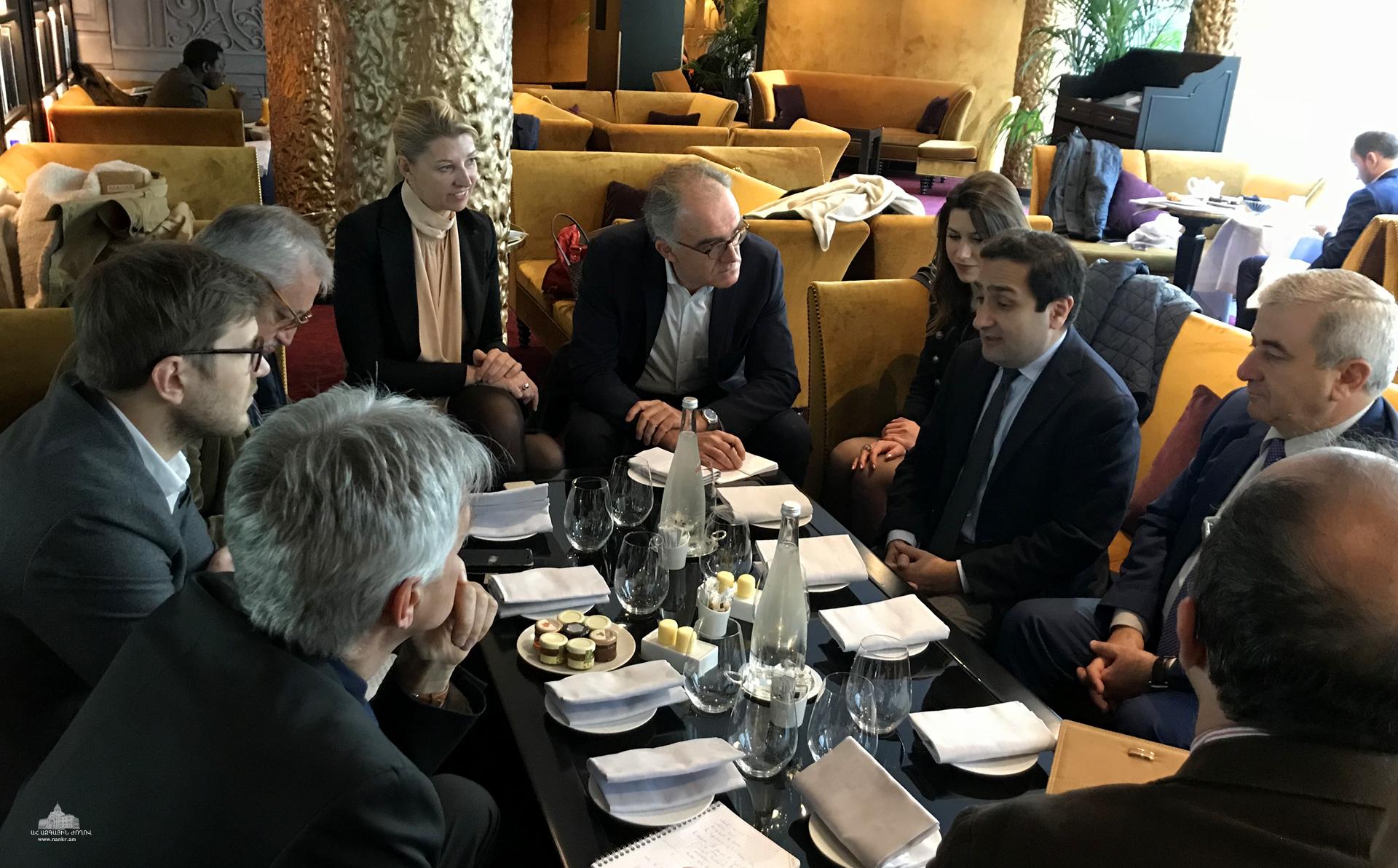 Աշխատանքային այցով Փարիզում գտնվող Արցախի ԱԺ նախագահը հանդիպել է ֆրանսիացի լրագրողների հետ